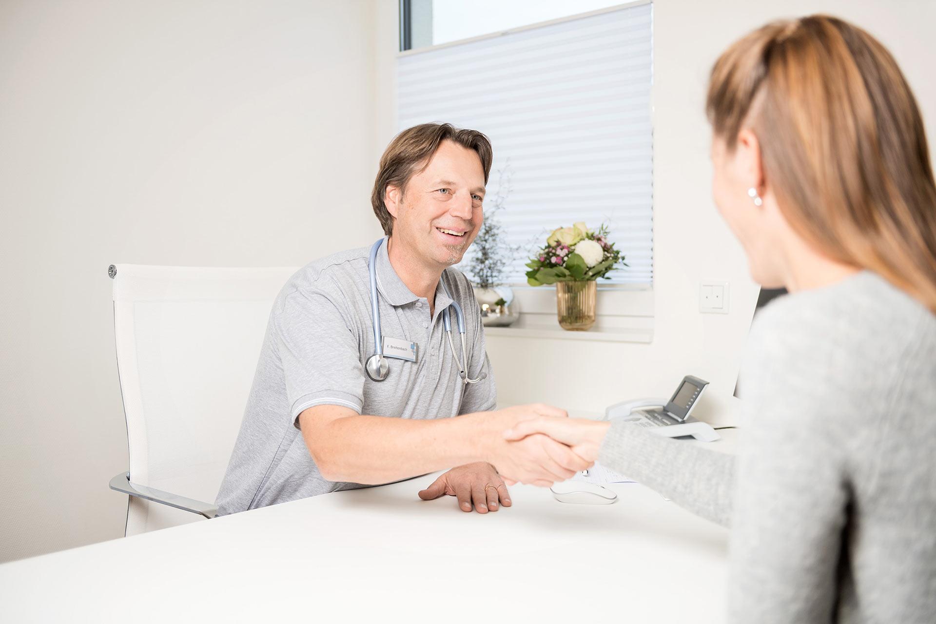 Auf diesem Foto sieht man ein Arzt Gespräch mit Frank Breitenbach.