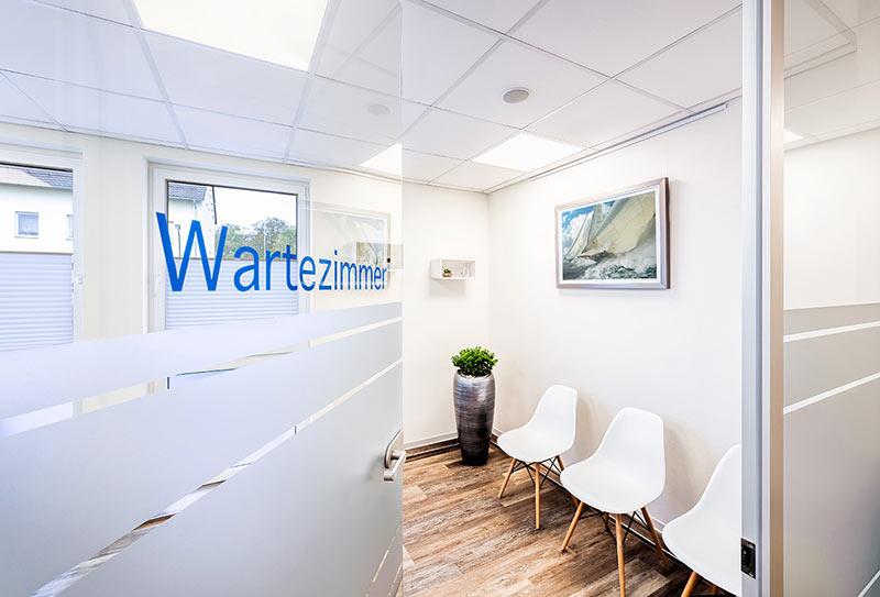 Auf diesem Foto sieht man das Wartezimmer der Facharztpraxis für Allgemeinmedizin Frank Breitenbach in Langschede, Fröndenberg