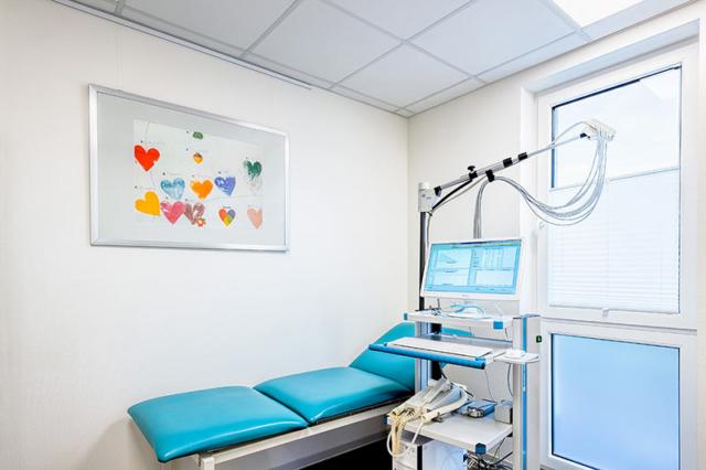 Auf diesem Foto sieht man das ZImmer mit dem EKG in der Facharztpraxis für Allgemeinmedizin Frank Breitenbach in Langschede, Fröndenberg.